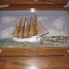 Varios objetos de Arte: VITRINA - CUADRO CON BARCO Y VELAS DE MADERA, FONDO PINTADO, CON FARO Y OLAS - PIEZA ÚNICA. Lote 27894907