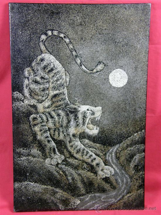 PANEL C/ TIGRE SOBRE TABLA LACA CÁSCARA DE HUEVO EN DISTINTOS COLORES MEDIADOS S XX TRABAJO ASÍATICO (Arte - Varios Objetos de Arte)