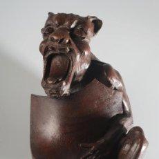 Varios objetos de Arte: TALLA DE CABEZA DE DRAGÓN EN MADERA DE CAOBA O CEDRO PARA ARRANQUE DE ESCALERA, MITAD SIGLO XIX. Lote 30260342