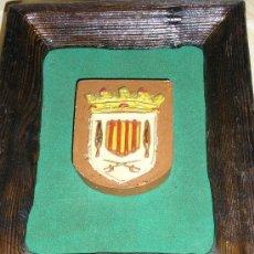 Varios objetos de Arte: CUADRO DE ESCUDO DE VILASSAR DE DALT EN RELIEVE SOBRE MADERA Y FONDO DE PELFA. Lote 32218486
