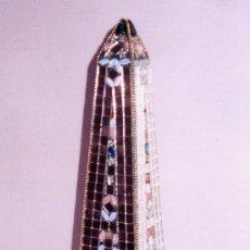 Varios objetos de Arte: OBELISCO DE DE ESCAYOLA DECORADO CON PEDRERIA, ESPEJITOS Y CADENA DORADA. MEDIDAS: 42 X 12 CM.. Lote 34043373