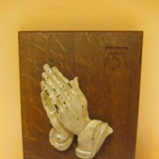 Varios objetos de Arte: REPRODUCCIÓN DEL CUADRO DE ALBERTO DURERO, MANOS QUE ORAN. MADERA TALLADA S/ TABLA. Lote 34054698