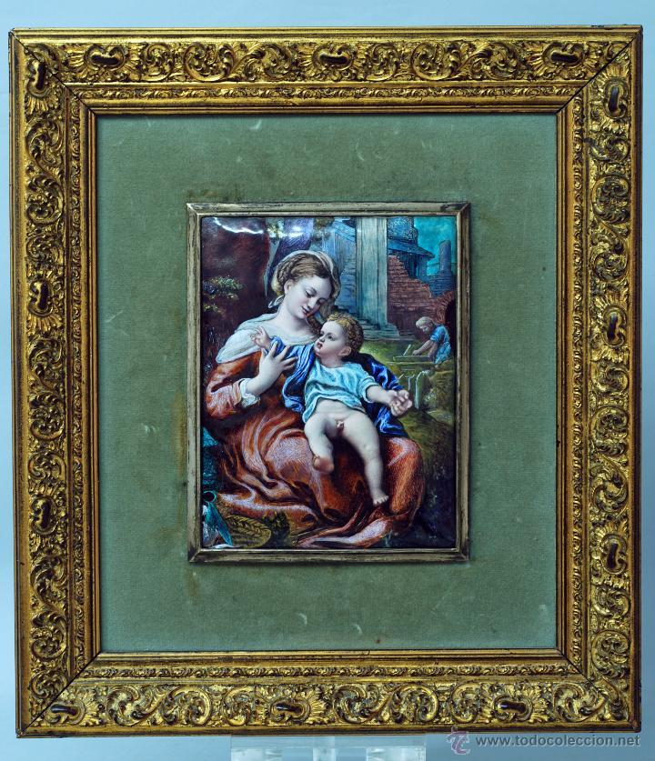 ESMALTE MADONA CON NIÑO SIGUIENDO MODELOS ESCUELA ITALIANA S XVI MARCO MADERA DORADA PP S XX (Arte - Varios Objetos de Arte)