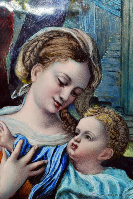 Varios objetos de Arte: Esmalte Madona con Niño siguiendo modelos Escuela Italiana S XVI marco madera dorada PP S XX - Foto 3 - 46737551