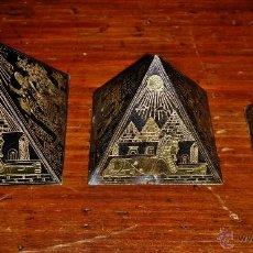 Varios objetos de Arte: TRES PIRAMIDES REALIZADAS EN LATON DAMASQUINADO ,PAVONADO,KEOPS,KEFREN Y MICERINOS. Lote 47716645
