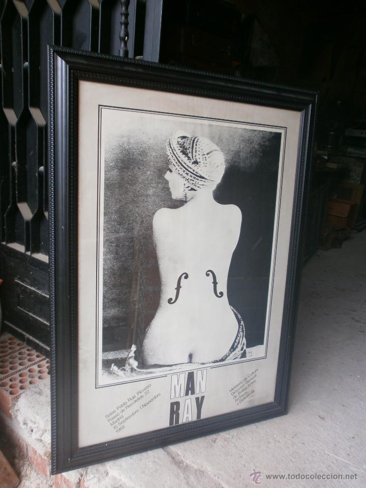 Varios objetos de Arte: Man Ray Le Violin cartel enmarcado exposición Sala Pablo Ruiz Picasso Madrid 1982 Med.110 x 80 cm. - Foto 2 - 49167945