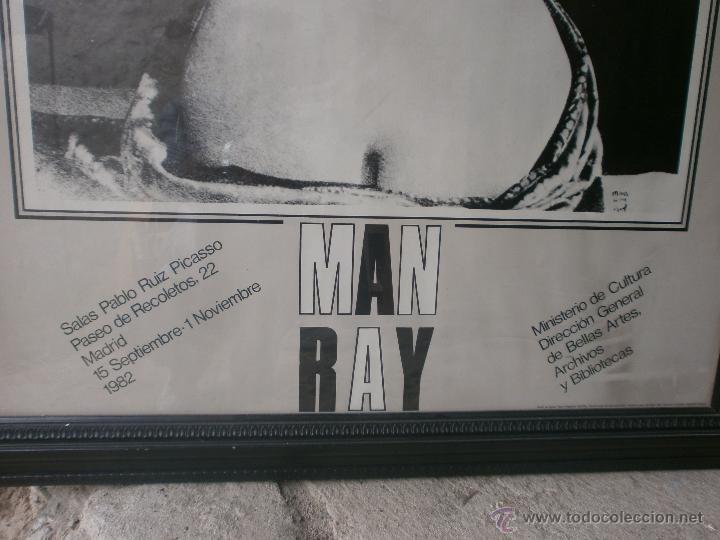 Varios objetos de Arte: Man Ray Le Violin cartel enmarcado exposición Sala Pablo Ruiz Picasso Madrid 1982 Med.110 x 80 cm. - Foto 3 - 49167945