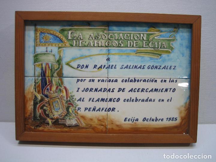 CUADRO EN AZULEJO PINTADO. ASOCIACIÓN AMIGOS DE ECIJA 1985.M 32X22,5 CM. FIRMADO R. ARMENTA (Arte - Varios Objetos de Arte)