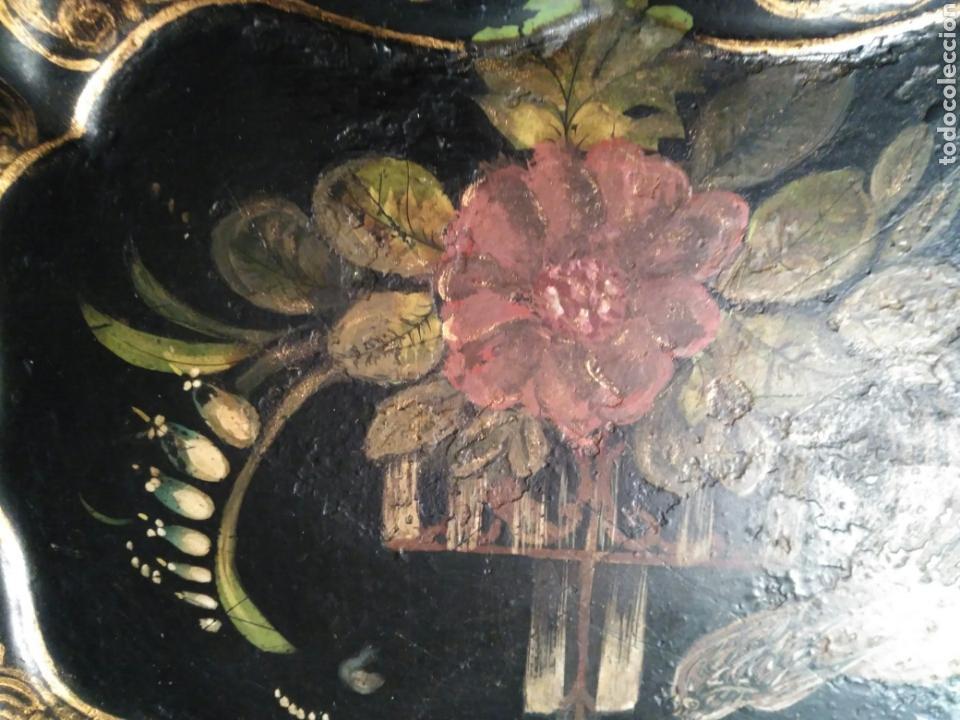 Varios objetos de Arte: IMPRESIONANTE Y PRECIOSA BANDEJA DEL SIGLO XIX PINTADA A MANO EN METAL ISABELINA Y CON SU COLGADOR - Foto 5 - 73599065