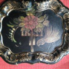 Varios objetos de Arte: IMPRESIONANTE Y PRECIOSA BANDEJA DEL SIGLO XIX PINTADA A MANO EN METAL ISABELINA Y CON SU COLGADOR. Lote 73599065