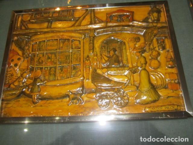Varios objetos de Arte: Cuadro con relieve, Anton Pieck, con marco de cristal y metal. - Foto 2 - 107645531
