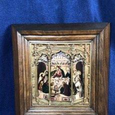 Varios objetos de Arte: TRÍPTICO MARCO DE NOGAL HORNACINA ESTILO GÓTICA BRONCE LAMINA PLASTIFICADA S XX. Lote 115084347