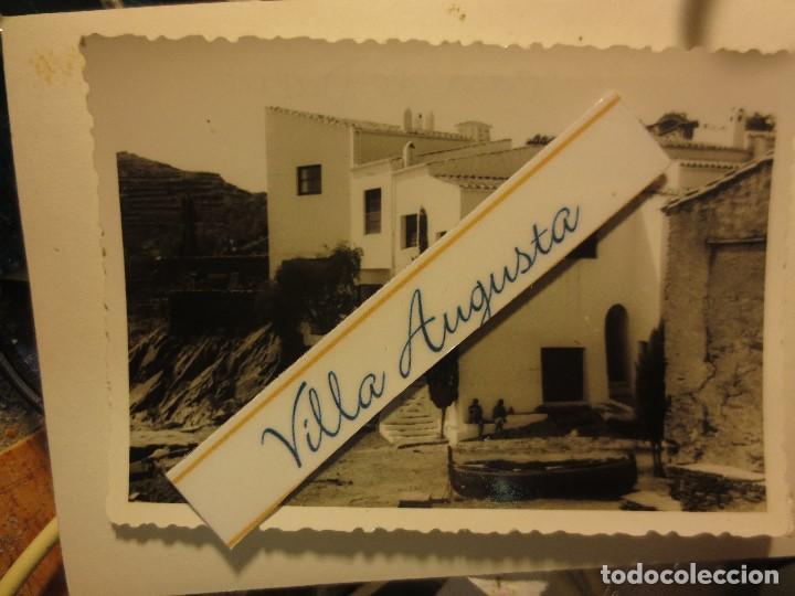 DALI CASA FOTO ANTIGUA ORIGINAL AGOSTO 1962 PORT LLIGAT CADAQUES DUEÑOS SENTADOS (Arte - Varios Objetos de Arte)