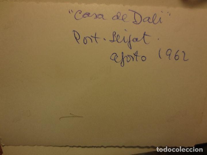 Varios objetos de Arte: DALI CASA FOTO ANTIGUA ORIGINAL AGOSTO 1962 PORT LLIGAT CADAQUES DUEÑOS SENTADOS - Foto 3 - 118085667