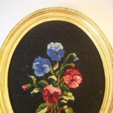 Varios objetos de Arte: ANTIGUA OBRA EN PETIT POINT, BODEGÓN DE FLORES MARCO MADERA. Lote 118538031
