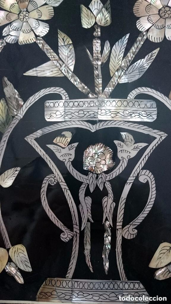 Varios objetos de Arte: Antiguo cuadro de nacar lacado en negro. Isabelino, decoración vegetal. Siglo XIX. 46x36 cm - Foto 2 - 121324543