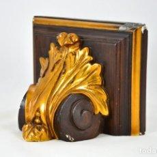 Varios objetos de Arte: PEDESTAL O PEANA DE ESCAYOLA - MOLDURA PARA COLGAR EN PARED SANTO O VIRGEN. Lote 127518907
