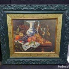 Varios objetos de Arte: CUADRO: BODEGON CON UNA JARRA Y FRUTAS SOBRE UNA MESA. MARCO DE MADERA COLOR VERDE OSCURO. Lote 128152130