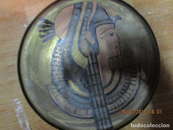 Varios objetos de Arte: PLATO EGIPCIO FARAONA DE METAL DORADO Y COBRE EN RELIEVE 20 CMS PARA COLGAR EN PARED - Foto 4 - 137119358