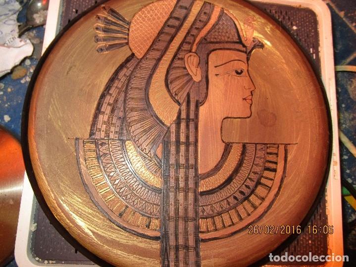 Varios objetos de Arte: PLATO EGIPCIO FARAONA DE METAL DORADO Y COBRE EN RELIEVE 20 CMS PARA COLGAR EN PARED - Foto 2 - 137119358