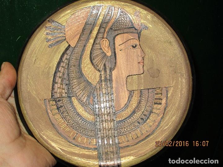 PLATO EGIPCIO FARAONA DE METAL DORADO Y COBRE EN RELIEVE 20 CMS PARA COLGAR EN PARED (Arte - Varios Objetos de Arte)