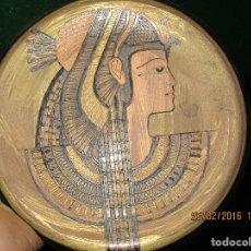 Varios objetos de Arte: PLATO EGIPCIO FARAONA DE METAL DORADO Y COBRE EN RELIEVE 20 CMS PARA COLGAR EN PARED. Lote 137119358