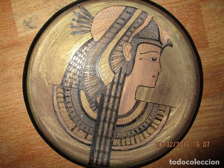 Varios objetos de Arte: PLATO EGIPCIO FARAONA DE METAL DORADO Y COBRE EN RELIEVE 20 CMS PARA COLGAR EN PARED - Foto 7 - 137119358