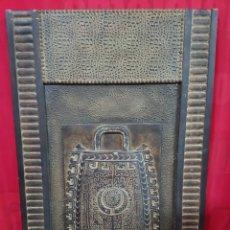 Varios objetos de Arte: CUADRO AFRICANO MADERA CON RELIEVE VASIJA. Lote 140474625
