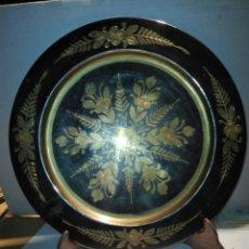 Varios objetos de Arte: PLATO LATON CON GRABADOS Y SOPORTE. Lote 146767684