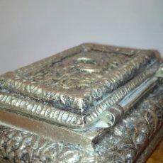 Varios objetos de Arte: ANTIGUO JOYERO EN BRONCE LABRADO.. Lote 150658578