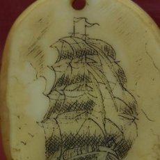 Varios objetos de Arte: ESPECIE DE COLGANTE. PARECE ANTIGUO. BARCO VELERO. CON FIRMA.. Lote 150879598
