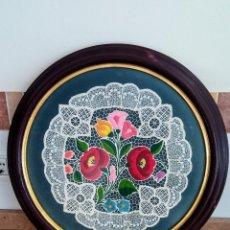 Varios objetos de Arte: GRAN MARCO/CUADRO DE ENCAJE BORDADO VINTAGE. Lote 151026850