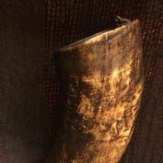 Varios objetos de Arte: ESPECTACULAR Y ANTIGUO VASO TALLADO EN ASTA O CUERNO. PROCEDE DE LA ALTA GARROTXA. ARTE PASTORIL.. Lote 152140114