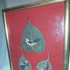Varios objetos de Arte: BELLO CUADRO PINTURA SOBRE 3 HOJAS NATURALES INDIA PÁJAROS. Lote 152144018