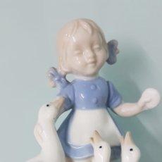 Varios objetos de Arte: PORCELANA NIÑA ALIMENTANDO OCAS. ESTILO LLADRÓ. 13X9 CM. MUY DELICADA LA PIEZA.. Lote 166909568