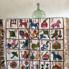 Varios objetos de Arte: ALFOMBRA REALIZADA EN PIEL DE LLAMA Y LANA BORDADA - ABECEDARIO ILUSTRADO CON ANIMALES PLANTAS TAPIZ. Lote 167026418