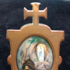 Varios objetos de Arte: ANTIGUA CAPILLA DE METAL CON ESMALTE VIRGEN DE LOURDES - MEDIDA TOTAL 8X5 CM Y ESMALTE 44MMX34MM. Lote 173834558