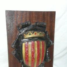 Varios objetos de Arte: BELLO CUADRO ESCUDO DE CATALUÑA ESTUCO POLICROMADO SOBRE MADERA 27CM. Lote 178210457