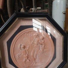 Varios objetos de Arte: MEDALLÓN ENMARCADO Y PROTEGIDO CON CRISTAL. RELIEVE. 45X45CM TOTAL. Lote 178283365