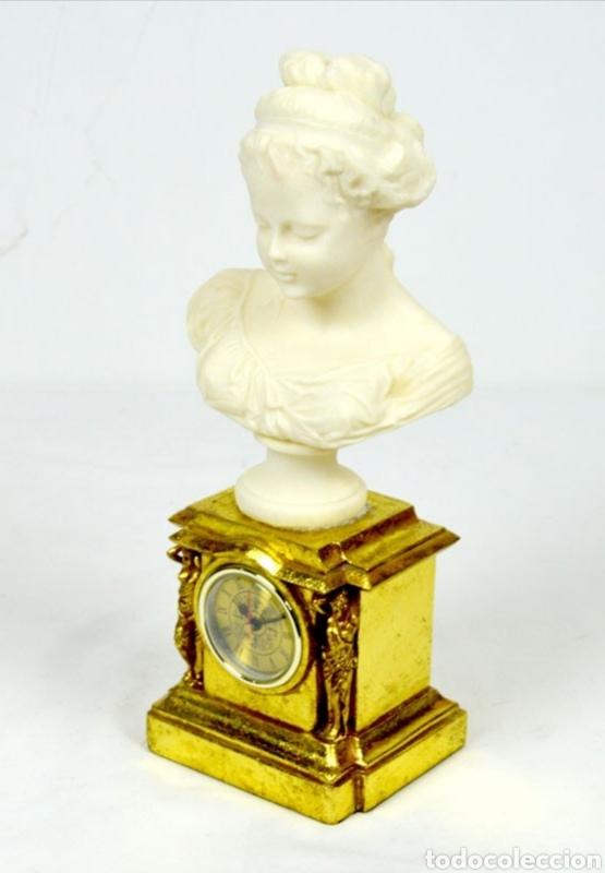 Varios objetos de Arte: Bellísimo Reloj sobremesa con figura de mujer estilo romantico.En en resina.36X15.Función pila 1,5 V - Foto 2 - 180276520