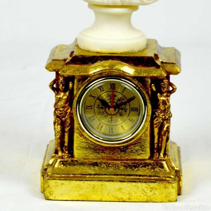 Varios objetos de Arte: Bellísimo Reloj sobremesa con figura de mujer estilo romantico.En en resina.36X15.Función pila 1,5 V - Foto 5 - 180276520