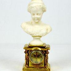Varios objetos de Arte: BELLÍSIMO RELOJ SOBREMESA CON FIGURA DE MUJER ESTILO ROMANTICO.EN EN RESINA.36X15.FUNCIÓN PILA 1,5 V. Lote 180276520