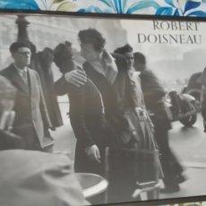 Varios objetos de Arte: POSTER DE ROBERT DOISNEAU. LE BAISER DE L'HOTEL DE VILLE, PARIS, 1950, POSTER FOTO BESO. Lote 181186793