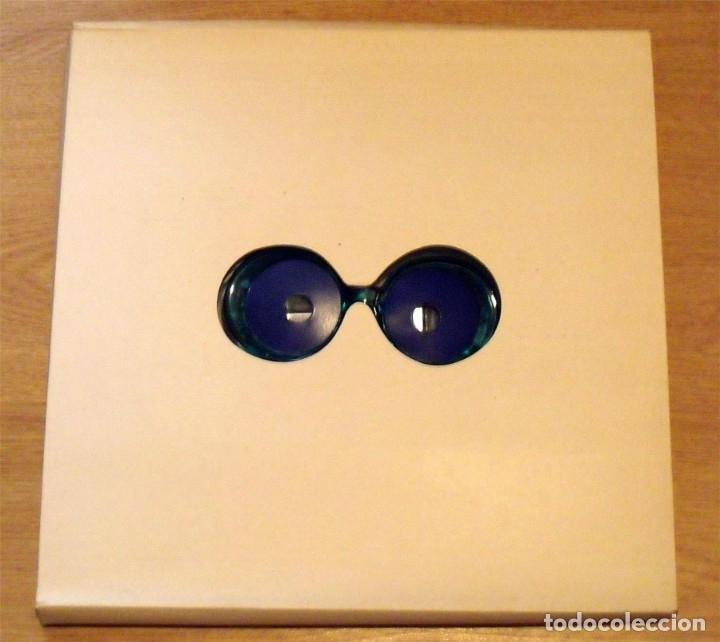 Varios objetos de Arte: Julio le Parc. Caja con gafas psicodélicas y catálogo Galería René Metras. 32x32 cm. 1969. - Foto 3 - 238612950
