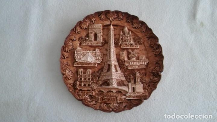 PLATO DE ARCILLA CON EDIFICIOS DE PARIS (Arte - Varios Objetos de Arte)