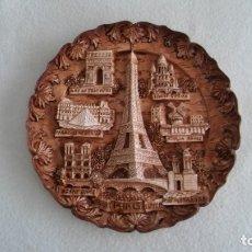 Varios objetos de Arte: PLATO DE ARCILLA CON EDIFICIOS DE PARIS. Lote 182897611