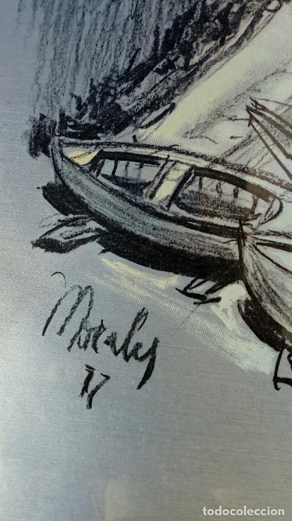 Varios objetos de Arte: REPRODUCCIÓN DE PUEBLO COSTERO SOBRE ALUMINIO. FIRMADO MORALES. AÑO 1977. ENMARCADO METÁLICO DORADO. - Foto 3 - 186063852