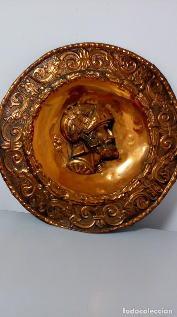 PLATO DE COBRE CON RELIEVE DE SOLDADO (Arte - Varios Objetos de Arte)