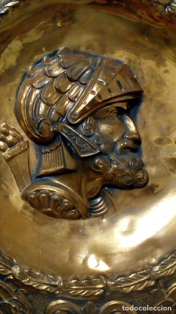 Varios objetos de Arte: PLATO DE COBRE CON RELIEVE DE SOLDADO - Foto 2 - 187438238