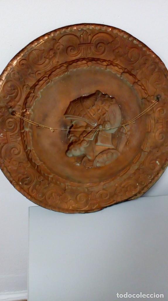 Varios objetos de Arte: PLATO DE COBRE CON RELIEVE DE SOLDADO - Foto 4 - 187438238